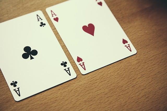 Qui Parle en Premier au Poker ?